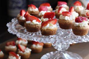 sladký dezert se šlehačkou a jahodami