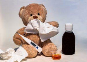 medvídek je nemocný, má teploměr, sirup a kapesník.
