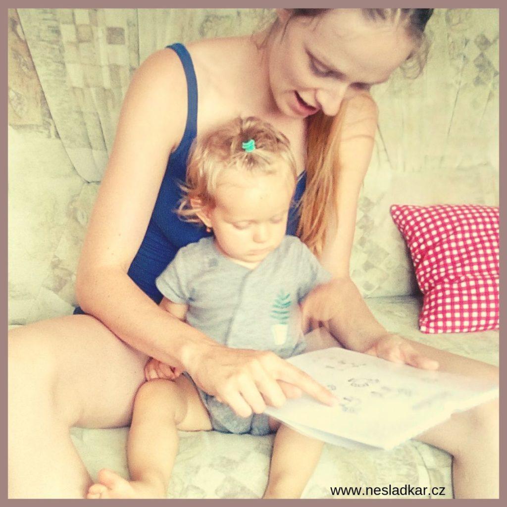 Matka s dcerou si prohlíží Nesladkář, adventní kalendář bez sladkostí