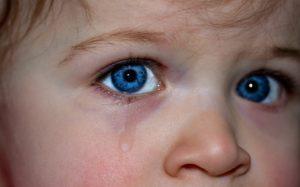 dítěti teče slza z oka