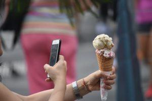 focení zmrzliny místo vychutnávání si jídla