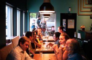 vědomé stravování lidí v restauraci