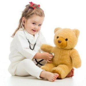Léčím děti - rozhovor s terezou filovou, obrázek holčičky jak poslouchá medvěda fonendoskopem