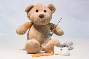 Medvídek se nechává očkovat