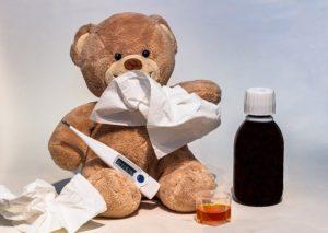 Plyšový medvídek s kapesníkem a teploměrem, asi je nemocný