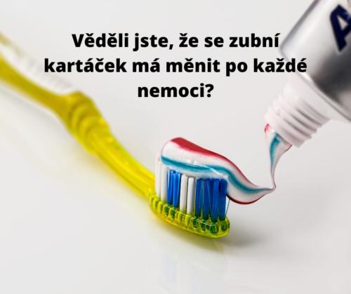 Dávání zubní pasty na zubní kartáček
