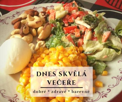 Večeře na talíři - vejce, kukuřice, ořechy, salát